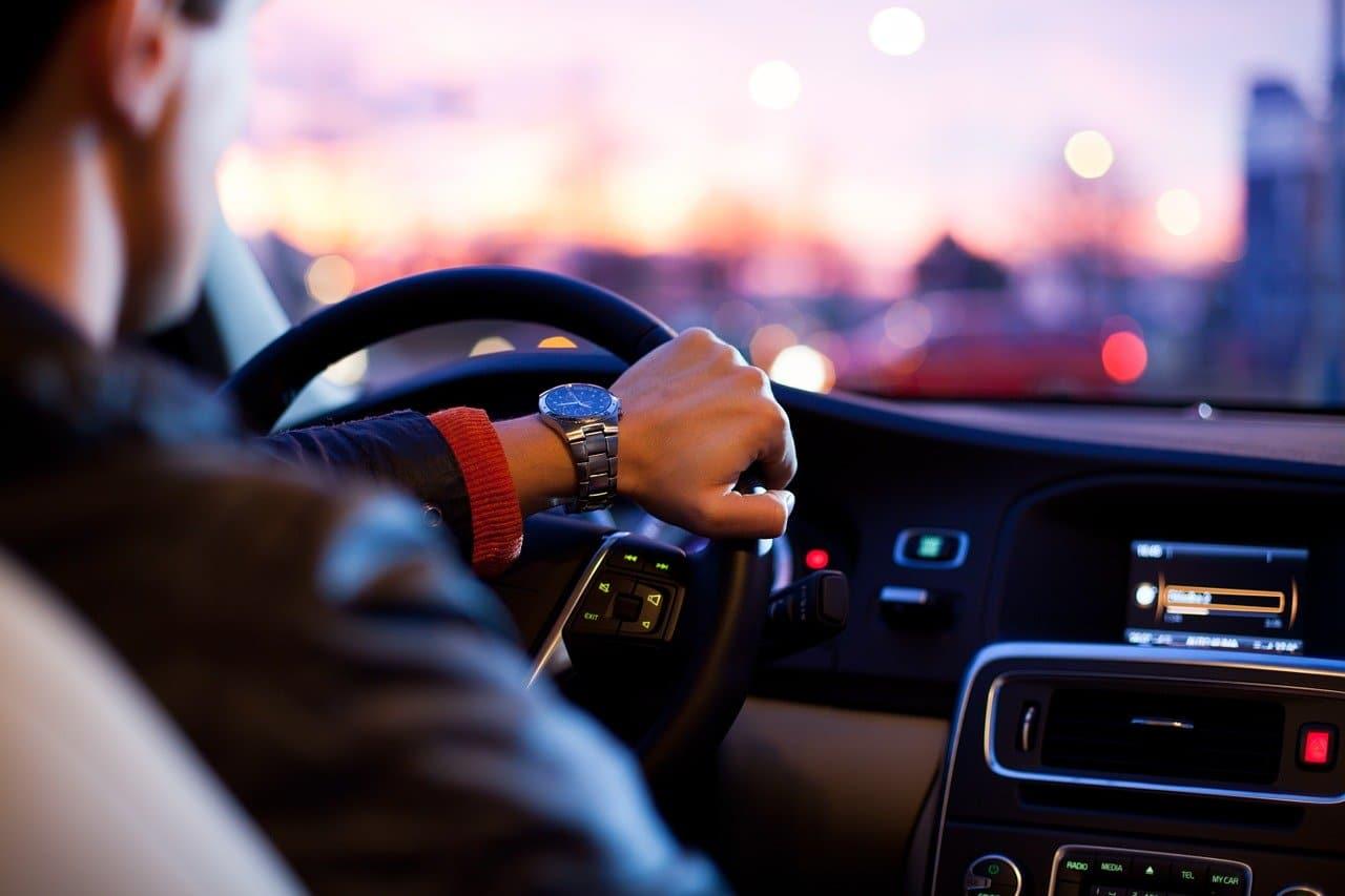 Bilförare som kanske kör ett av de mest stulna bilmärkena